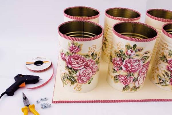 bathroom-organizing-ideas-tin-cans-roses-decoupage-fabric