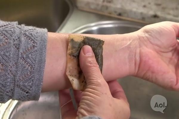 Tea filtert tett a csuklójára, hihetetlen ami ezután történt! (videó)