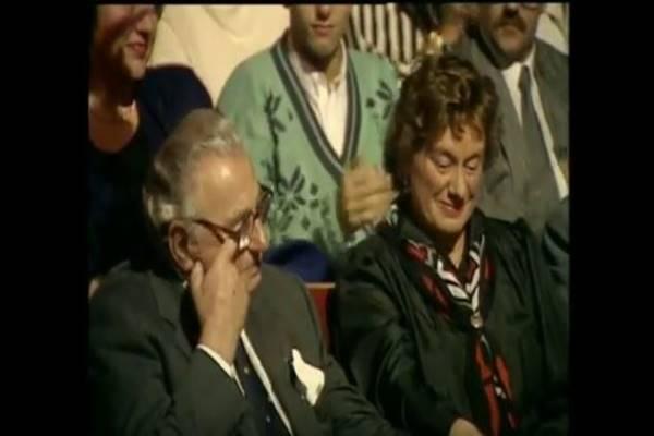 669 gyermek életét mentette meg! 50 év után nem tudta,hogy ők ülnek körülötte! Megérint ez a videó