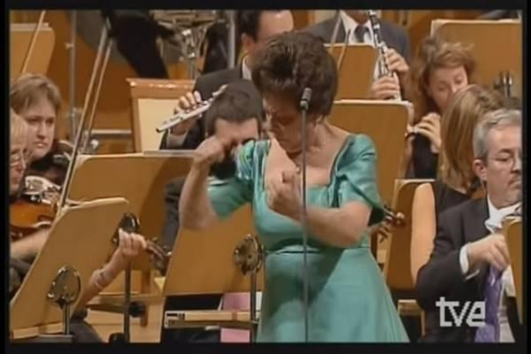 A zenekar egy csodálatos darabot adott elő, de ez a zöld ruhás hölgy teszi zseniálissá a dolgot!