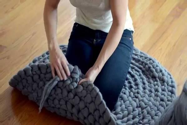 Csupán egy vastag gyapjú fonalra lesz szükséged, és ilyen csodálatos szőnyeget készíthetsz