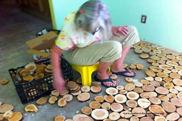 They Used Wooden Discs To Give Their Old Floor An Incredible Makeover. Wow! (2)