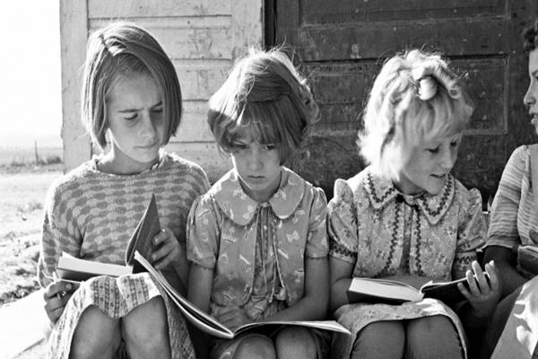 dorothea-lange-girls-of-lincoln-bench-school-study-their-reading-lesson.-near-ontario-malheur-county-oregon-1939-1