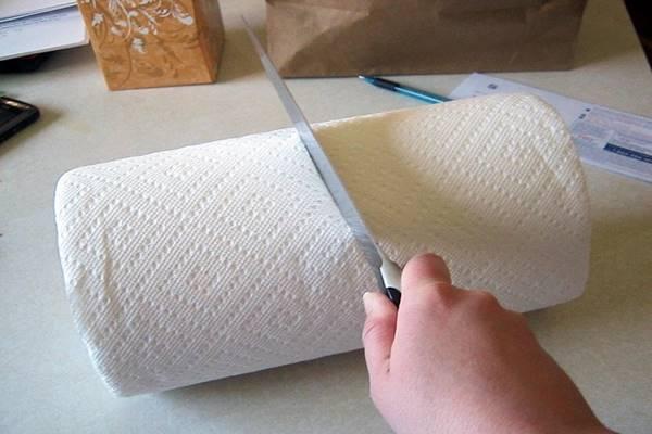 Kettévágja a papírtörlő gurigát… hogy ez eddig hogy nem jutott eszünkbe!