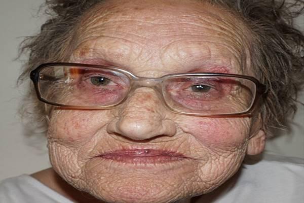 Ezt a 80 éves nagymamát kisminkelte az unokája. Ha meglátod a végeredményt, nem hiszel a szemednek! – fotók