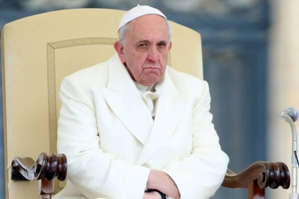 Lemondásra szólították fel Ferenc pápát