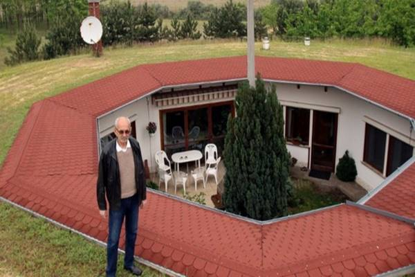 Föld alatt él Kecskeméten Miklós – 59 millióért Öné lehet a háza