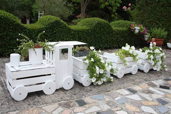 train-made-out-of-old-crates-1