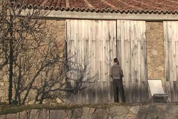Vásároltak maguknak egy elhagyatott tehénistálót, majd elképesztő házat készítettek belőle! – VIDEÓ