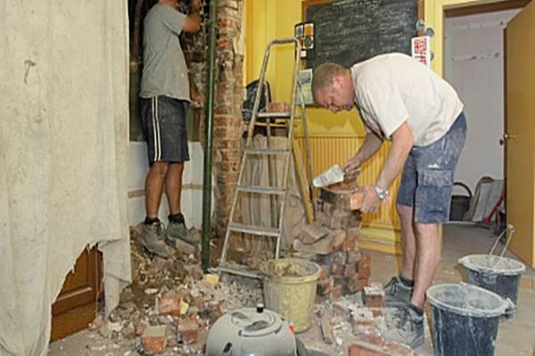 Renoválni kezdték a házat, amikor egy rejtekhelyre bukkantak… hihetetlen mi volt benne!